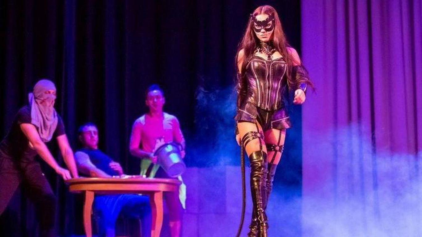 Трансляция итальянского эротического шоу