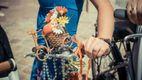Колоритные девушки на велосипедах поражали короткими платьями
