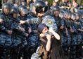 У Росії 18-річну дівчину заарештували за насильство до ОМОНу