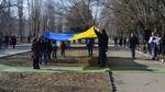 В Северодонецке развернули сине-желтый флаг возле памятника Шевченко