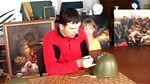У Тернополі художник розмальовує радянські військові каски, щоб допомогти АТО