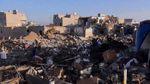 В Йемене в месте авиаударов люди разбирают завалы