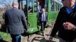 Трамвай с Коморовским сошел с рельсов