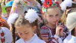Фото дня: Школярі у вишиванках на останньому дзвонику у Криму