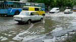 На заході України сильні зливи топлять міста