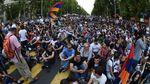 "Полиция угрожает армянским протестующим ""жесткими мерами"""
