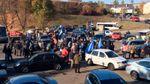 """Сотня автомобілів вирушила до Порошенка: їх зустріли """"тітушки"""" і міліція"""