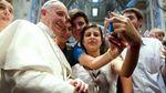 Папа Франциск підкорює мережу першим селфі