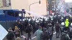 """Німецька поліція """"відкрила вогонь"""" з водометів у Кельні"""