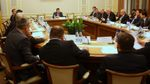 """Договоренность правительства и нефтетрейдеров: цены на топливо """"отреагируют"""" на падение нефти"""