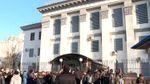 До російського посольства у Києві сходяться люди