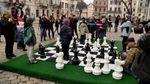 Для дітей у центрі Львова встановили гігантську шахівницю
