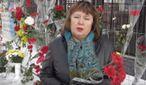 Стало відомо, хто носить квіти до посольства Росії в Києві