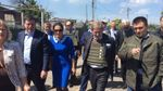 Єврокомісар Хан на власні очі побачив зруйнований Донбас і поділився фото