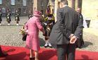 Пони пытался съесть букет королевы Елизаветы: смешное видео
