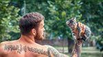 Полуобнаженные мужчины взялись спасать бездомных животных в Днепре: появились фото