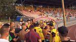 Львовские ультрас устроили драку на стадионе в Мариуполе: появилось видео