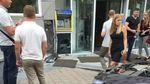 """Блондинка на """"Хонді"""" переплутала передачі і влетіла в бізнес-центр у Києві: фото"""