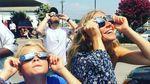 Леди Гага, Шэрон Стоун и другие звезды любовались солнечным затмением: фото и видео