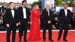 В Італії стартував Венеціанський кінофестиваль: розкішні фото з відкриття