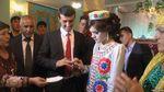 Учитель в Таджикистані присвятив вірш президенту і в подарунок отримав наречену