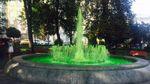 Вода у київському фонтані стала незвичного кольору: фото та відео