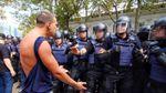 Стычки, драки и слезоточивый газ: как активисты пикетировали городской совет в Одессе