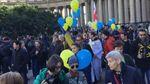 Россияне с сине-желтыми флагами протестуют против войны с Украиной: красноречивые фото
