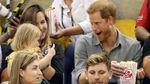 Как принц Гарри не хотел делиться попкорном с двухлетней поклонницей: очень смешные фото