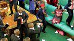 Нечеловеческие крики, стулья и палки: как депутаты подрались в парламенте Уганды