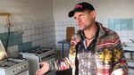 Архаїчне житло: Олег Скрипка відвідав рідний гуртожиток в Києві і показав фото кімнати