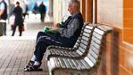 """""""Використав не за призначенням"""": пенсіонера оштрафували за відпочинок на зупинці"""