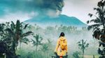 Фотографуватися на фоні виверження вулкану на Балі стало трендом в Insagram: захопливі кадри