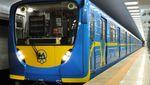 Голий чоловік намагався викрасти потяг метро у Києві: курйозні відео (18+)
