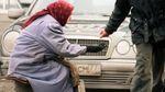 У Росії пенсіонери накинулися на викинуті у смітник протерміновані продукти: відео