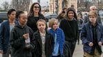 Семейный отдых: Анджелина Джоли вместе с детьми прогулялась по Парижу – фото
