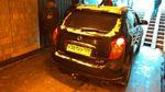 Пенсіонер машиною в'їхав у підземний перехід у Санкт-Петербурзі: фото, відео