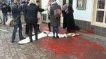 """В Ужгороде активисток облили """"кровью"""": полиция задержала 6 человек"""