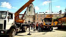 Вантажівка пішла під землю у центрі Львова