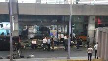Мощные взрывы в аэропорту Стамбула: люди в панике бегут из задымленного аэропорта