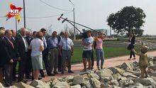 Французький депутат у Криму розцілував пам'ятник окупантам – з'явились фото