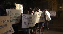Російські радикали з фаєрами закидали яйцями посольство України в Москві