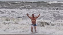 Одеські відчайдухи полізли у море в шторм: з'явилися фото