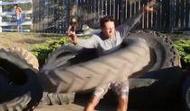 Як крутять обруч справжні чоловіки: кумедне відео