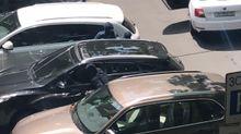 Невідомі зі зброєю здійснили розбійний напад на підприємця посеред дня в Одесі: відео (18+)