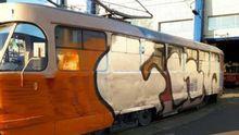 Невідомі напали на трамвай і розмалювали вагон та водія у Києві