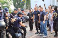 Ожесточенный митинг в Одессе: протестующие с драками пытаются прорваться в мэрию