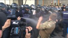Вече в Киеве: толкотня между активистами и правоохранителями, силовики применили газ