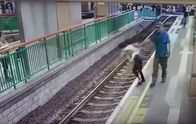 Мужчина столкнул женщину на рельсы метро в Гонконге: опубликовано видео инцидента