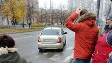 В Киеве средь бела дня похитили женщину: видео инцидента с камер слежения